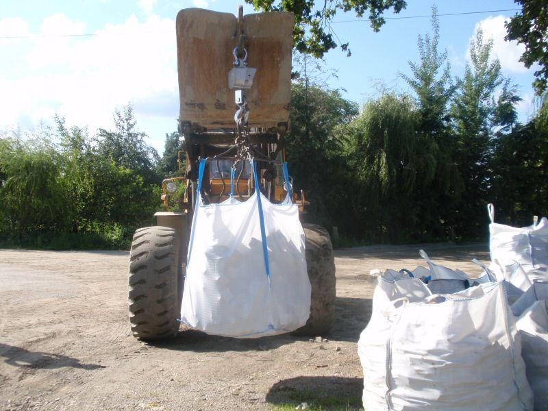 Traktor przewożący worek Big Bag