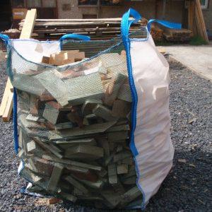 Big Bag wypełniony drewnem